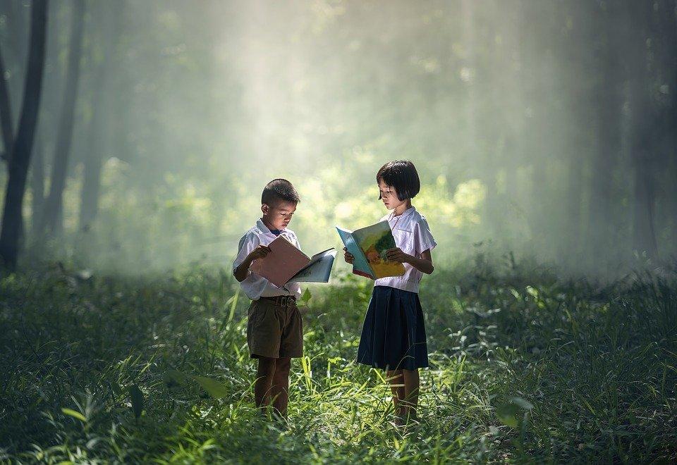 絵本を見る子ども